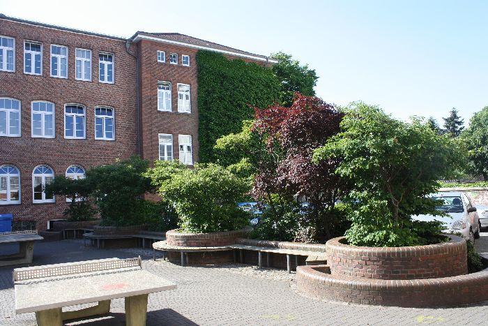 Schulhof mit Bepflanzung
